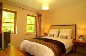 A bed or beds in a room at Fota Island Resort 4 Bed Superior Courseside Lodge