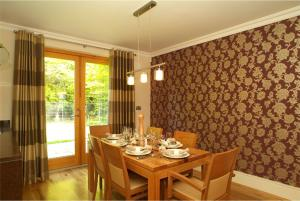 A restaurant or other place to eat at Fota Island Resort 4 Bed Superior Courseside Lodge
