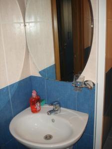 A bathroom at Apartamenty DC Yuzhniy
