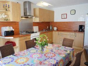 A kitchen or kitchenette at Holiday Home Roch Arvor