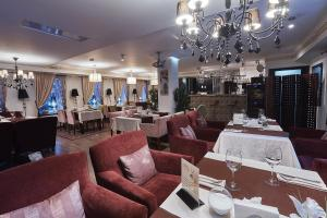 A restaurant or other place to eat at Hotel Langust