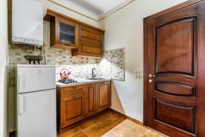 A kitchen or kitchenette at Apartment on Virmenska 14