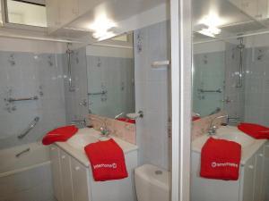 A bathroom at Apartment Le Béarnais