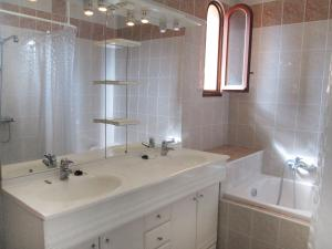 A bathroom at Holiday Home Fromental
