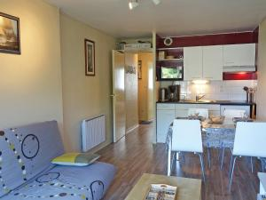 A kitchen or kitchenette at Apartment Le Yacht Club - RHU365