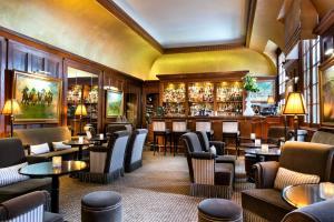 The lounge or bar area at Hôtel Barrière Le Normandy