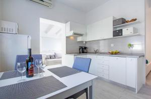 A kitchen or kitchenette at Apartments Aida