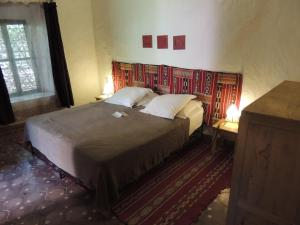 A bed or beds in a room at Dar Qamar