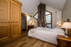 A bed or beds in a room at Hibou