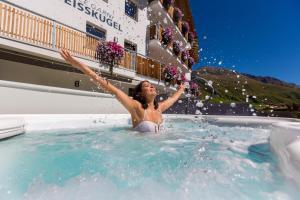 Der Swimmingpool an oder in der Nähe von Residence Weisskugel Langtaufers Südtirol