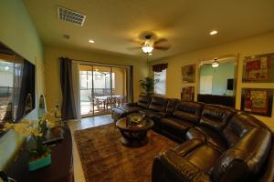 A seating area at Disney Villa 6Bd/5Ba for 13 sleeps pool/spa