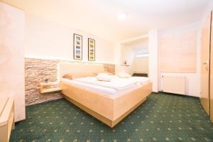 Ein Bett oder Betten in einem Zimmer der Unterkunft Gasthof Knappenwirt
