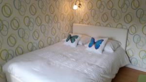 A bed or beds in a room at Le Petit Papillon