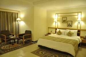Aditya Park-A Sarovar Portico Hotelにあるベッド