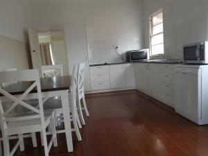 A kitchen or kitchenette at City Centre Motel Kempsey
