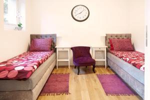 Łóżko lub łóżka w pokoju w obiekcie Lovely LUX Garden Flat near Royal Park