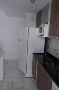 A kitchen or kitchenette at Apartamento Jardim Bavieira