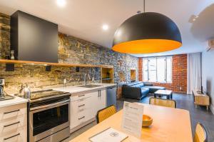 A kitchen or kitchenette at Les Lofts St-Paul by Les Lofts Vieux-Québec