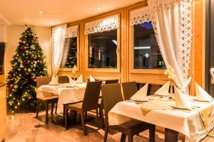 A restaurant or other place to eat at Adler Hotel-Pension