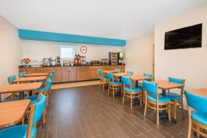 A restaurant or other place to eat at Howard Johnson by Wyndham Quincy/ Boston