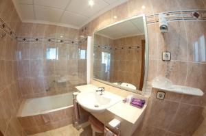 A bathroom at Hotel Cala Gat