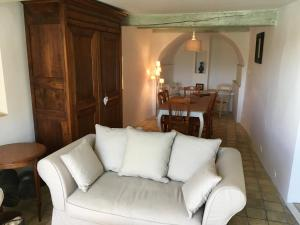 A seating area at La Maison à la Glycine