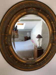A bed or beds in a room at La Maison à la Glycine