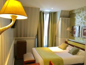 A bed or beds in a room at Elysées Union