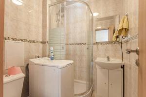 A bathroom at Apartments at Proletarskaya 19