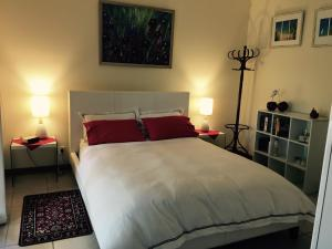 A bed or beds in a room at Clarevale Cottage B&B