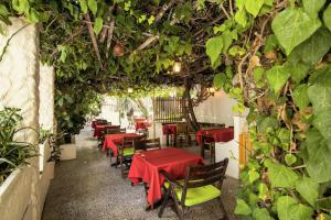 A restaurant or other place to eat at Semiramis Guesthouse