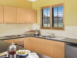 A kitchen or kitchenette at Broken View Estate