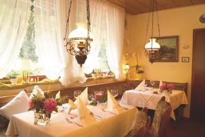 Ein Restaurant oder anderes Speiselokal in der Unterkunft Landhaus Meyer