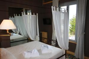 A bed or beds in a room at Hôtel-Restaurant Le Lac