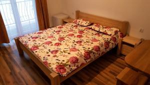 Łóżko lub łóżka w pokoju w obiekcie Apartamenty nad potokiem