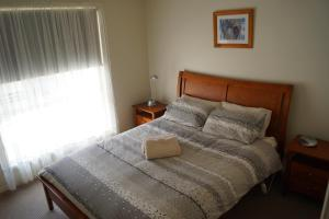 A bed or beds in a room at Tooleybuc River Retreat Villas
