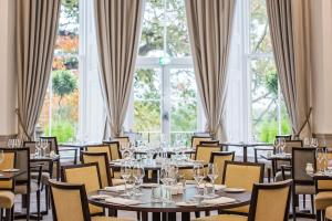 A restaurant or other place to eat at Oatlands Park Hotel