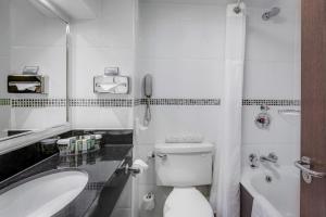 A bathroom at Hilton Birmingham Metropole Hotel