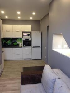 A kitchen or kitchenette at Apartment on Nezalezhnosti Embankment