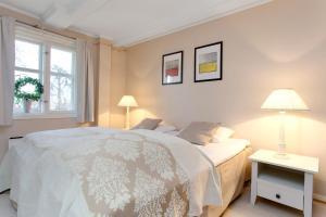 A bed or beds in a room at Gamlehorten Gjestegård