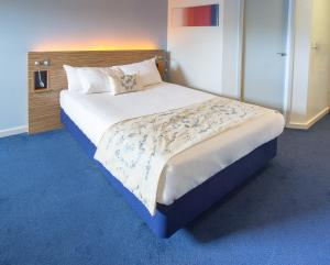 A bed or beds in a room at Redwings Lodge Wolverhampton Central