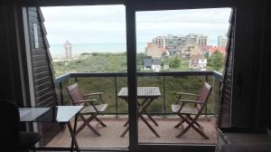 Een balkon of terras bij Appartement voor 6 personen in Koksijde met zeezicht