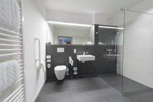 A bathroom at Hotel Restaurant Bären