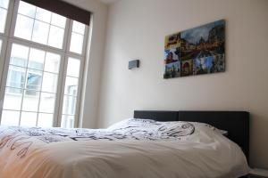 A bed or beds in a room at Cozy & Bright Apartment