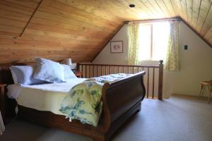 A bed or beds in a room at Akaroa Country House