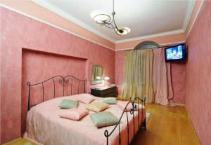 A bed or beds in a room at Apartment on Nemiga