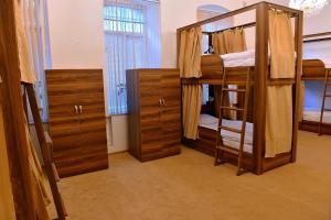 Uma ou mais camas em beliche em um quarto em Baku Home Hostel