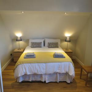 A bed or beds in a room at Maltings Loft