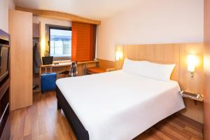 A bed or beds in a room at ibis Mulhouse Centre Filature