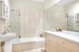 A bathroom at Fernglen Forest Retreat